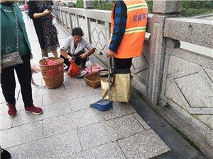 在松江大桥上遇见渔民在卖鱼