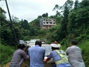 雨天塌方致327省道寻乌段受阻,请绕行!寻乌交警坚守岗位保平安