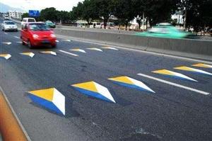 彩色三�S立�w�p速�司�,是并非�O置高出路面立�w造型的�p速�司�,是由一�l由白、�S、�{三�N�色�M成的�p速��