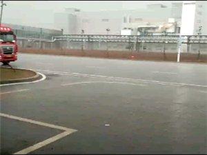 快看!姜山工�I�@下的瓢��大雨