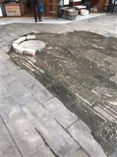 回家路上,看到茂田酒店后门对面的下水道遭了,生活污水泄露出来,到处流些,大热天的臭的很,相关部门即使