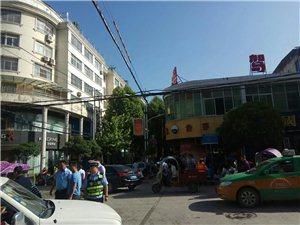 山阳县服务楼南新街十字路口发生交通事故