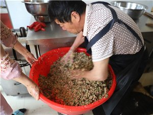 2019年6月7日,山东省莱阳市梨乡星巾帼红(阳光送暖)志愿服务队,带着清香的粽子和水饺馅,来到莱阳