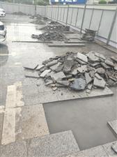 政务大厅外面的路面又开始整修了