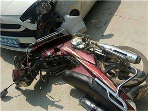 狗亚体育ios版桃园社区发生一起交通事故周边群众与民警及时出手相救
