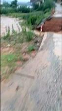 车辆绕行!暴雨水涨造成澄江谢屋村东风便桥冲塌了,上凌富,北亭,水源的各位亲们记得绕道!