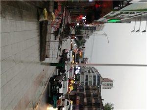 宾县雨后的街道,人车如织!