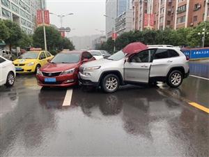 """丰都二环路,两个车子""""亲密接触""""了。温馨提示:广大的丰都朋友们,雨天行驶,一定要注意安全!"""