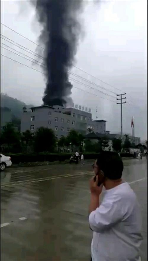 筠连工业园区一厂房着火了......