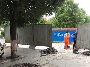 下班路上,在中国电信大楼对面中国人寿保险楼下看见一个老人摔倒了,动弹不得,这附近路面正在进行维修,希