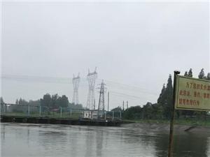 蒙蒙细雨,熙熙攘攘的垂钓人,安静、平和的心态,我喜欢下雨天。