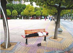 """公共座椅成""""睡床""""?"""