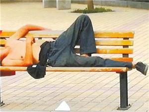 """公共座椅成""""睡床""""?咱金沙平台网址有这种现象吗?"""