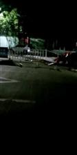 突发!寻乌沙子头一小车撞倒护栏一大排,究竟出啥意外了