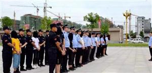 �v�R店警方成功打掉一特大�信�W�j�p�_�F伙,33名嫌疑人被押回