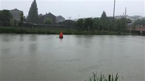 辛勤的河道清��工人,冒著大雨打�评�圾,除了自然垃圾,�大家散步的�r候不要往河道(�砂叮�y扔垃圾,保�o