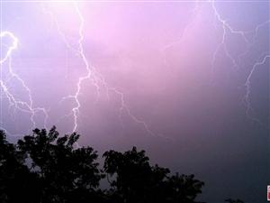 雷雨天�庑枳⒁猓�1.雷雨天��r不要停留在高�瞧脚_上,在�敉饪�缣�不宜�M入孤立的棚屋、��亭等。2