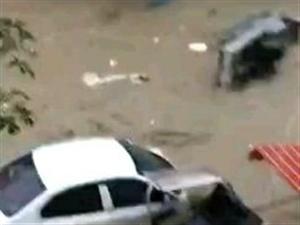 涨大水了,这里是遵义汇川区高?#33322;?#36947;办,旁边是条高坪河!