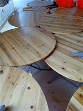 一米直径圆桌和高背胶凳几十张