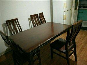 实木餐桌配四把椅子