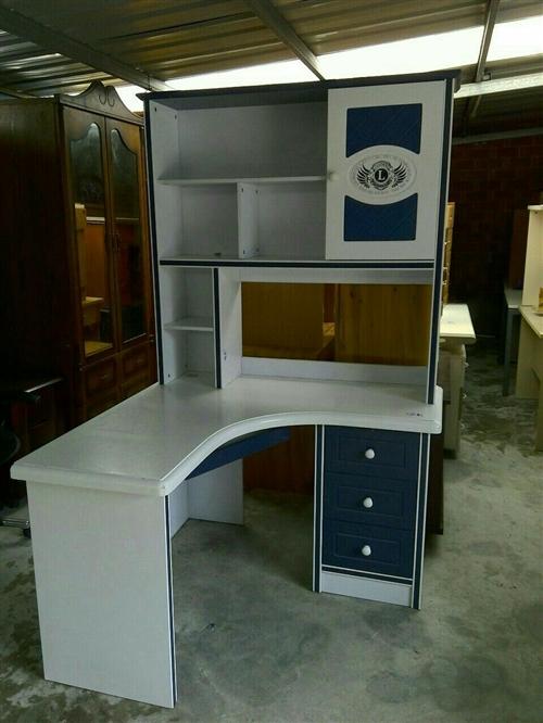 帶書櫥轉角電腦桌