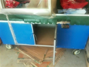 带棚子的小吃车