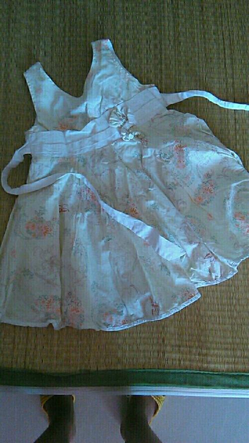 2岁女童露背裙