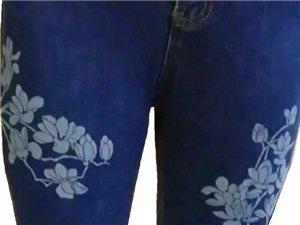 个性化印花玉兰花女式冬季加绒牛仔裤,图案左右对称,蓝白对映,保暖弹力修身。128元/条,电话:178...