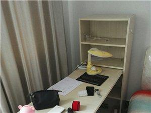因房屋到期,特此低价处理组合书桌,9成新,适合租房用户,有需要者可联系,13757015581(51...