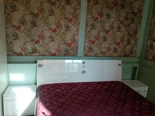 出售九成新家具。床是两米乘两米的。