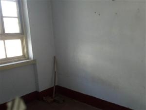 水泥厂宿舍3室1厅毛坯房带储藏室26万元
