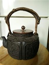 个人出售煮茶老铁壶一把,容量在1200升左右,可以2至8人喝的量,重量大楷4到6斤,纯日本老生铁,煮...