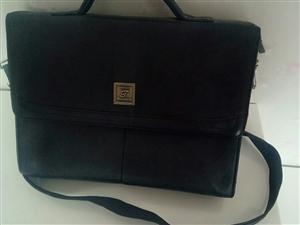 九成新,背着很舒服的一个黑色单肩包。喜欢者可以电话联系,价格可以商量。电话13993774541