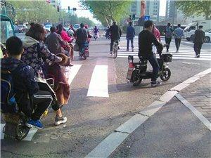 爆料:好路应该坑少,青年路马路上有些坑害苦电动车骑车人