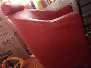 红色单人沙发,皮革面,下面稍微有点破损,不影响使用,我用的坐垫,玻璃面电脑桌两张,网吧用的那种,完好...