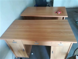 办公桌两张   办公椅两把   八成新     1.5米床一张   九成新