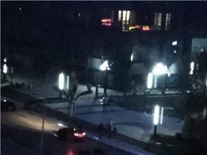 半夜时代广场边居然有人放着车上的音响在马路上边唱边跳。