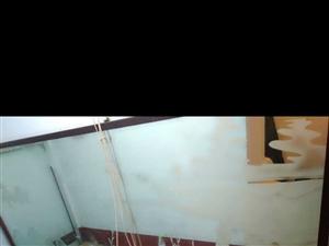 处理1.5×2.8米壁挂镜子 家里房子换下来的零几年的镜子,很厚实,图案也不错,扔了可惜,放地下室挡...