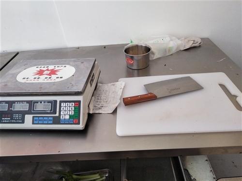銘雪六開門,上面冷藏下面冷凍。2.4米長,80寬鹵菜柜,1.2工作臺一個。鹵菜大小盤子26個,鋼炭爐...