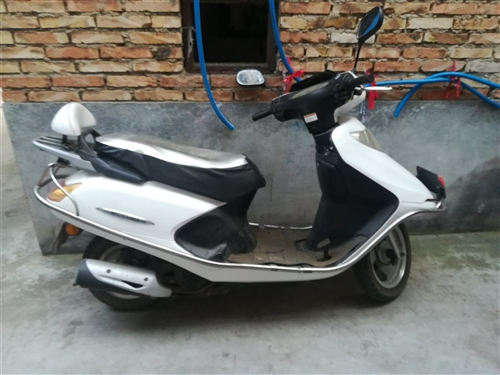 女士踏板摩托车,九成新。欢迎来电