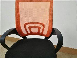 办公桌椅都有,刚买一个月左右,桌子是比较大点的,长方形,特别适合办公用品,在那大交易,椅子80,桌子...