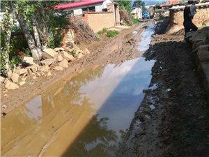 大雨当时,整个村落的路途就如许了,有些中央只能踩着石头走