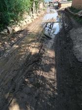大雨过后,整个村子的道路就这样了,有些地方只能踩着石头走