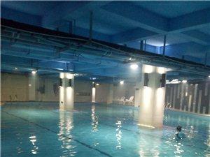 """环境优美的""""大浪淘沙游泳馆""""欢迎新学员的到来!"""