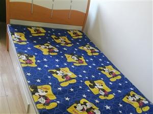 家里新装修,有一个九成新1.2米单人床出售,带床垫及一个床头柜,150元低价出售。