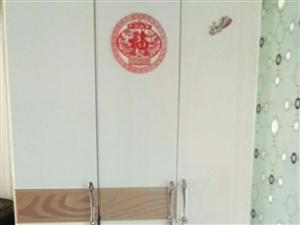 三门衣柜九成新六百元。床垫子150元。联系电话18845457957。