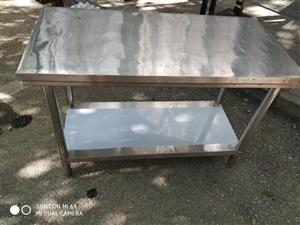 出售九成新桌椅,不�P�料理�_有1.5/1.8米的各一��,�L桌、方桌各2��,椅子8��,沙�l1��,自提不...