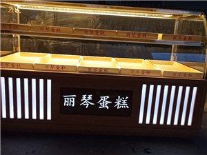 出售各种面包展示柜,化妆品柜,吧台,收银台。欢迎来电咨询。电话18770484099,微信号2195...