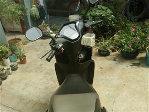 踏板摩托,元月份回来的时候买的。一点五的排量,有合格证,可上牌,现低价出售,摩托车雨衣罩衣齐全