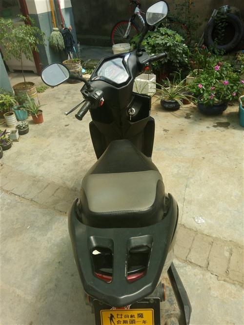 踏板摩托,元月份回来的时候买的。一点五的排量,有合格证,无发票,现低价出售,摩托车雨衣罩衣齐全